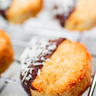 galletas de coco keto cubiertas con chocolate